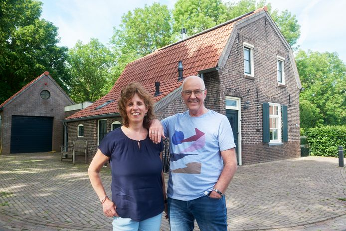 Theo- en Hannie Uitdewilligen voor de oude smidse van een eeuw oud in Megen.