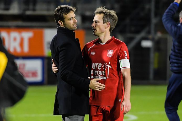 FC Twente trainer Garcia met Wout Brama of FC Twente na afloop van de wedstrijd tegen RKC Waalwijk eind 2019, de laatste wedstrijd die Brama speelde.