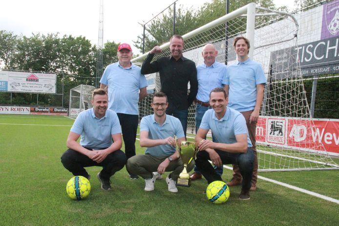 Van links naar rechts: Nick Tailleu (33), ploegafgevaardigde Willy Naeyaert (73), spits Kenny Vanneste (32), coach Dimmy Casier, voorzitter Stefaan Vanneste (64), Frederik Cousin (42) en Simon Andries (28).