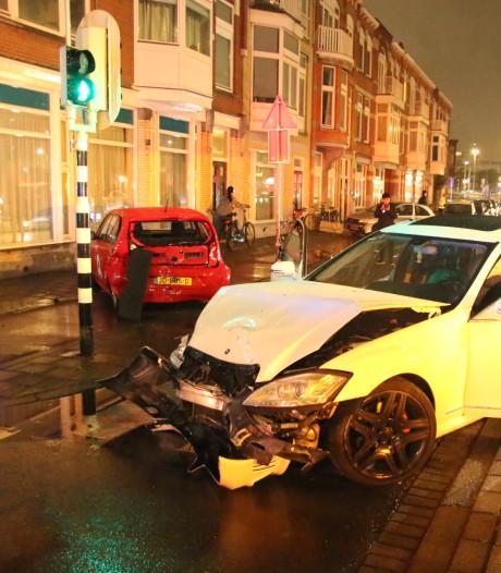 Flinke ravage op Weteringkade nadat automobilist macht over stuur verliest