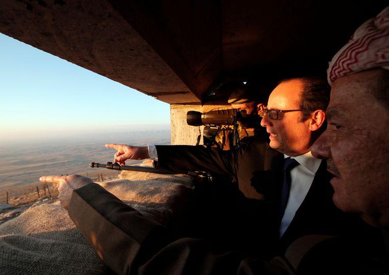 Frans president François Hollande neemt IS-grondgebied in ogenschouw bij een bezoek aan Mosoel. Beeld AP