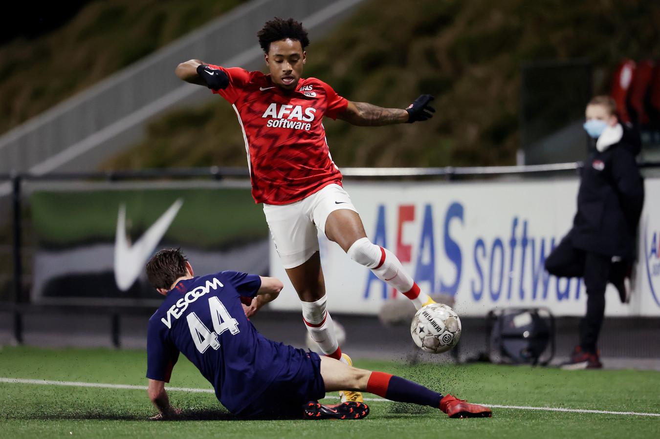 Juan Familia-Castillo namens Jong AZ in actie tegen Helmond Sport.