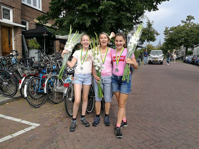José van den Broek liep samen met haar kleindochters een driedaagse. Links Willemijn Giesbers en rechts Eva van Galen.