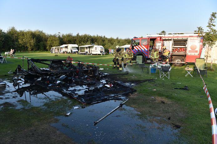 De brand en daaropvolgende explosie verwoestte een vouwwagen in Teuge.