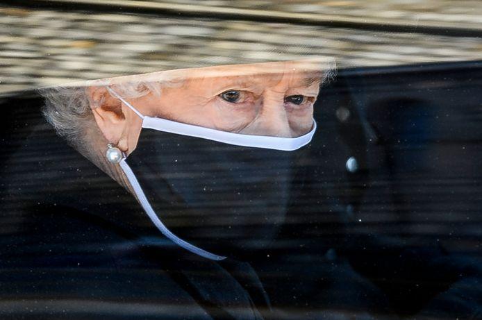 Koningin Elizabeth volgde de kist van haar man per auto