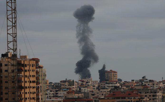 Beeld van gisteren. Een rookpluim na een Israëlische luchtaanval in Gaza-Stad.