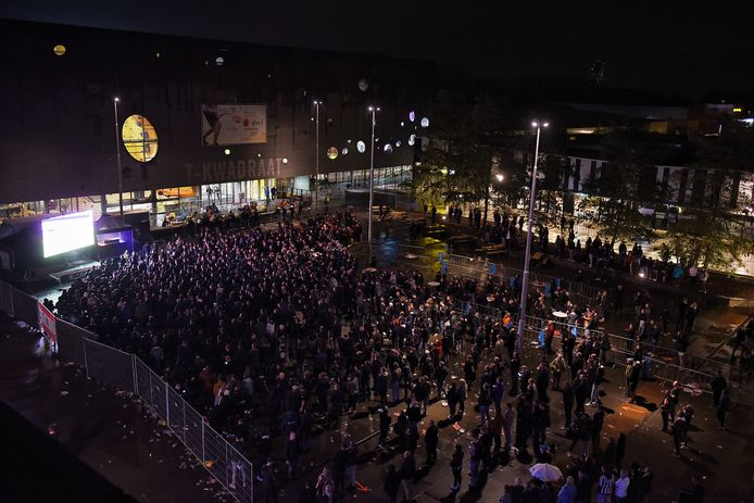 Een grove schatting van het aantal supporters op het Olympiaplein in Tilburg: tussen de 675 en 700.
