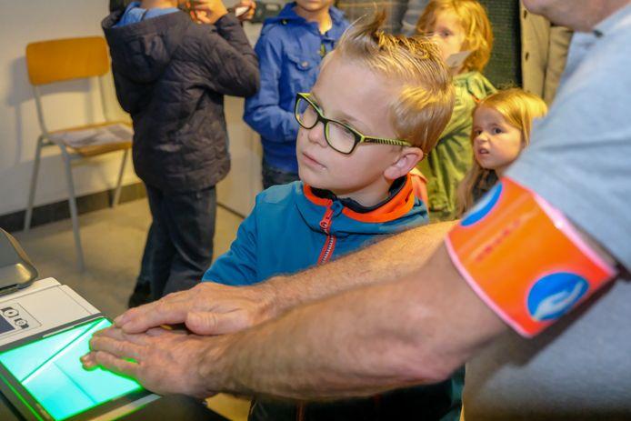Opendeur bij politie Londerzeel: deze jonge bezoeker laat een digitale vingerafdruk nemen.