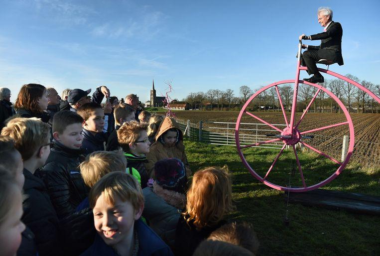 Burgemeester Hans Verheijen van de gemeente Wijchen geeft startsein voor de activiteiten rond de Giro d'Italia in Batenburg. Beeld null