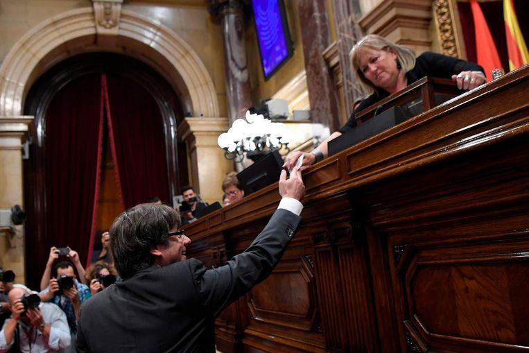 De Catalaanse leider Puigdemont brengt zijn stem uit in het parlement. Beeld afp