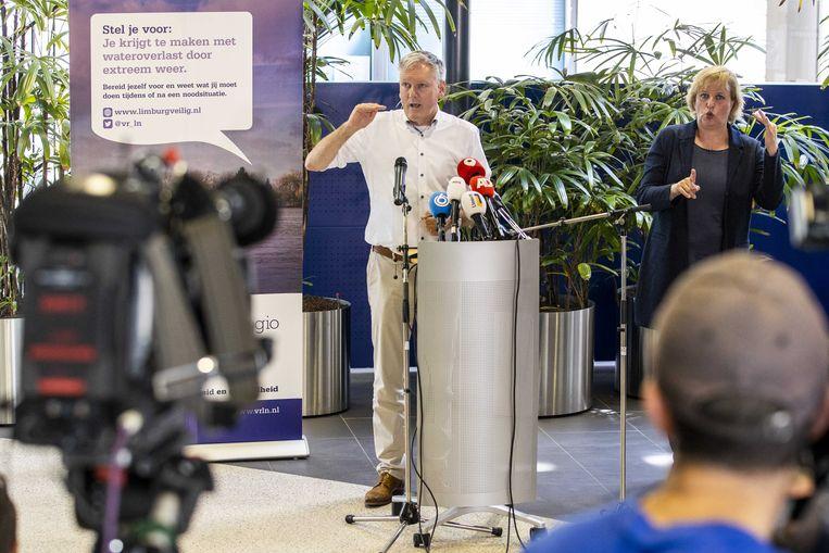 Antoin Scholten, de Venlose burgemeester en voorzitter van de Veiligheidsregio Limburg zaterdagmiddag tijdens de persconferentie over de overstromingen in Limburg. Beeld ANP
