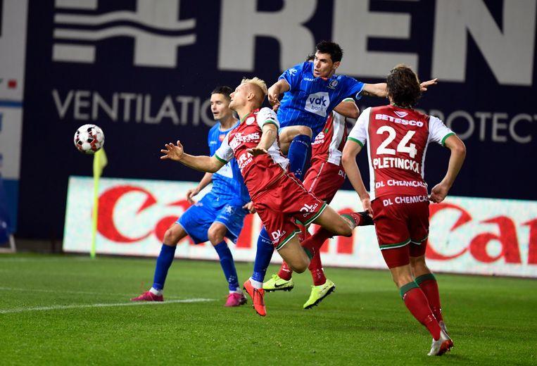 Roman Jaremtsjoek behoedde met twee goals zijn club voor een nederlaag in Waregem. Beeld Photo News