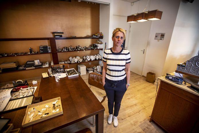 Juwelier Petra Plegt in haar zaak nadat die door de ramkrakers half is gesloopt.