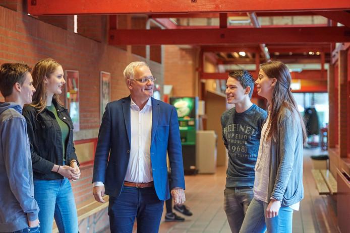 De galacommissie van het Udens college in discussie met directeur Ad van Kemenade (midden). Verder vlnr  Geordy Toonen, Isis Peene, Ezra van der Ven en Noortje van Asseldonk.