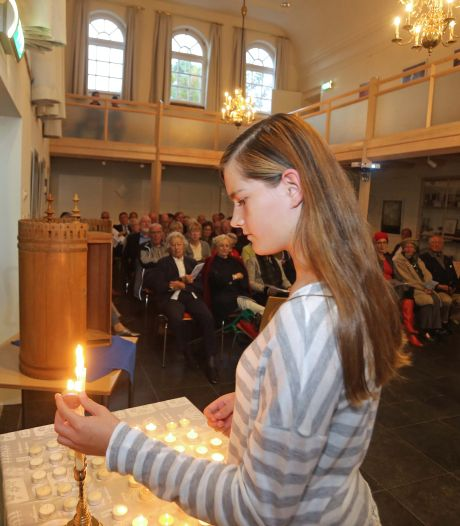 Dit jaar branden in de vroegere synagoge weer 45 kaarsjes voor de omgekomen joodse inwoners