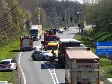N35 bij Enschede in beide richtingen dicht na ongeluk tussen auto en vrachtwagen