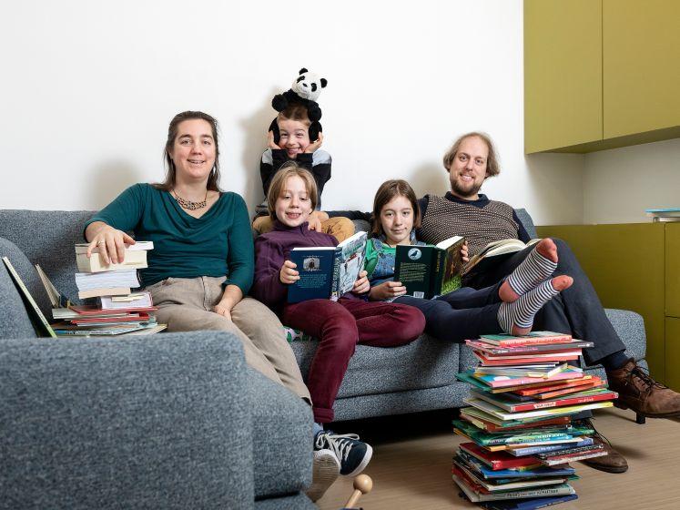"""Ilona (40) en Bram (38) hebben geen auto of dure kleding, maar hun kroost komt niets tekort: """"1.000 euro per jaar aan hobby's voor de kinderen"""""""