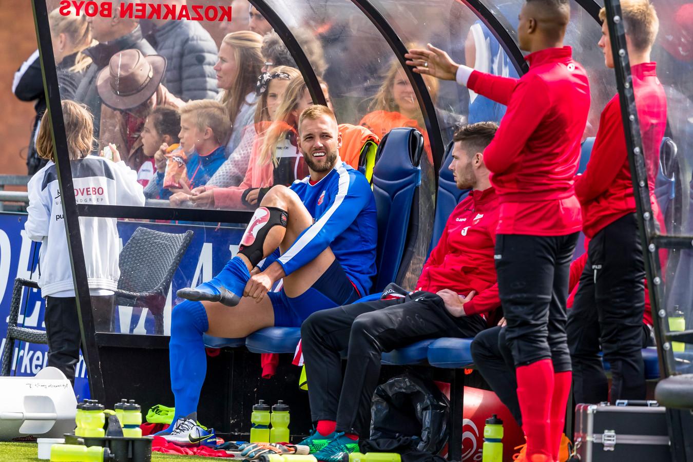 Verdediger Sven van Ingen maakt zich gereed om in te vallen als keeper.