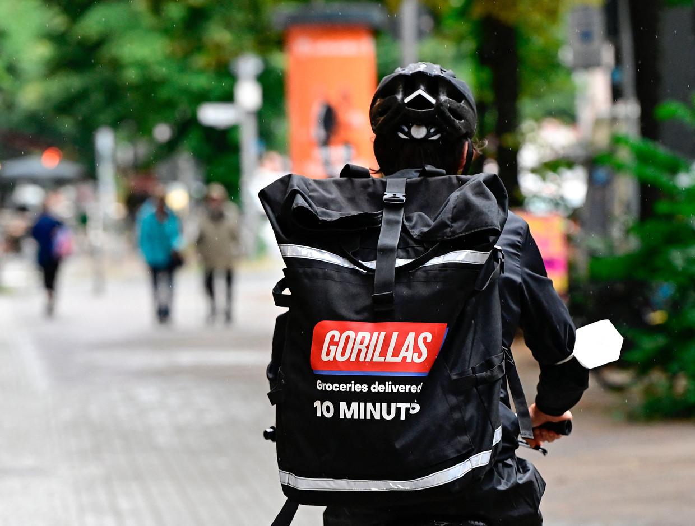Een koerier van het bedrijf Gorillas, dat belooft je boodschappen binnen de tien minuten te bezorgen. Beeld AFP