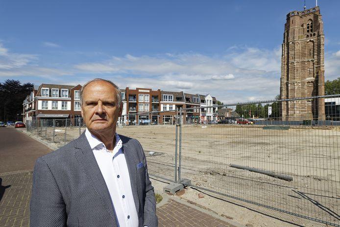 Ton Spierings bij de locatie waar De Raadskamer moet komen op het Petrus Dondersplein in Sint-Michielsgestel.