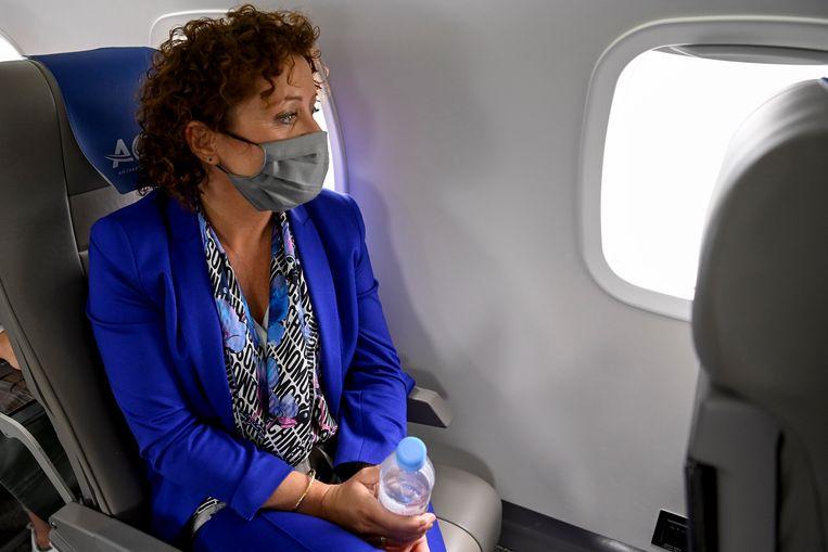 Zonder in-flightentertainment moest minister Lydia Peeters zichzelf zestien minuten lang in stilte bezighouden.  Beeld BELGA