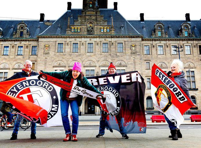 De Feyenoord-fans (vlnr.) Frans Lems, Rachel van Olm, Tjalling Heijkoop en Gerda Lems vinden hún nieuwe Coolsingel geschikt voor huldiginen. Grappend: 'Als die er op korte termijn tenminste komen.'