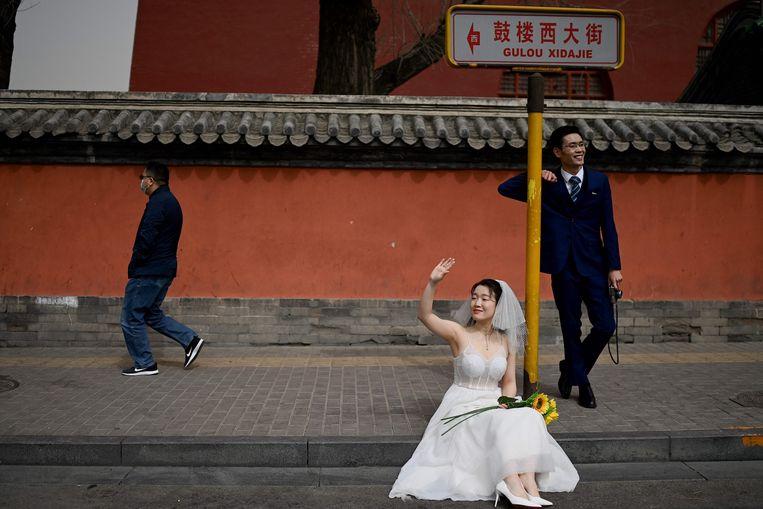 Een echtpaar maakt huwelijksfoto's voor de Drumtoren in Beijing. Beeld AFP