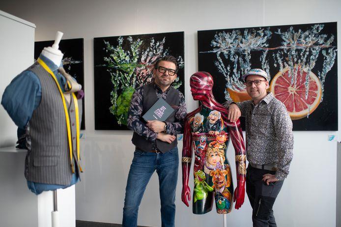 Bjorn De Buck en Pim van Praagh in hun nieuwe pop-upwinkel 'Bjornoart & Escbypim' .