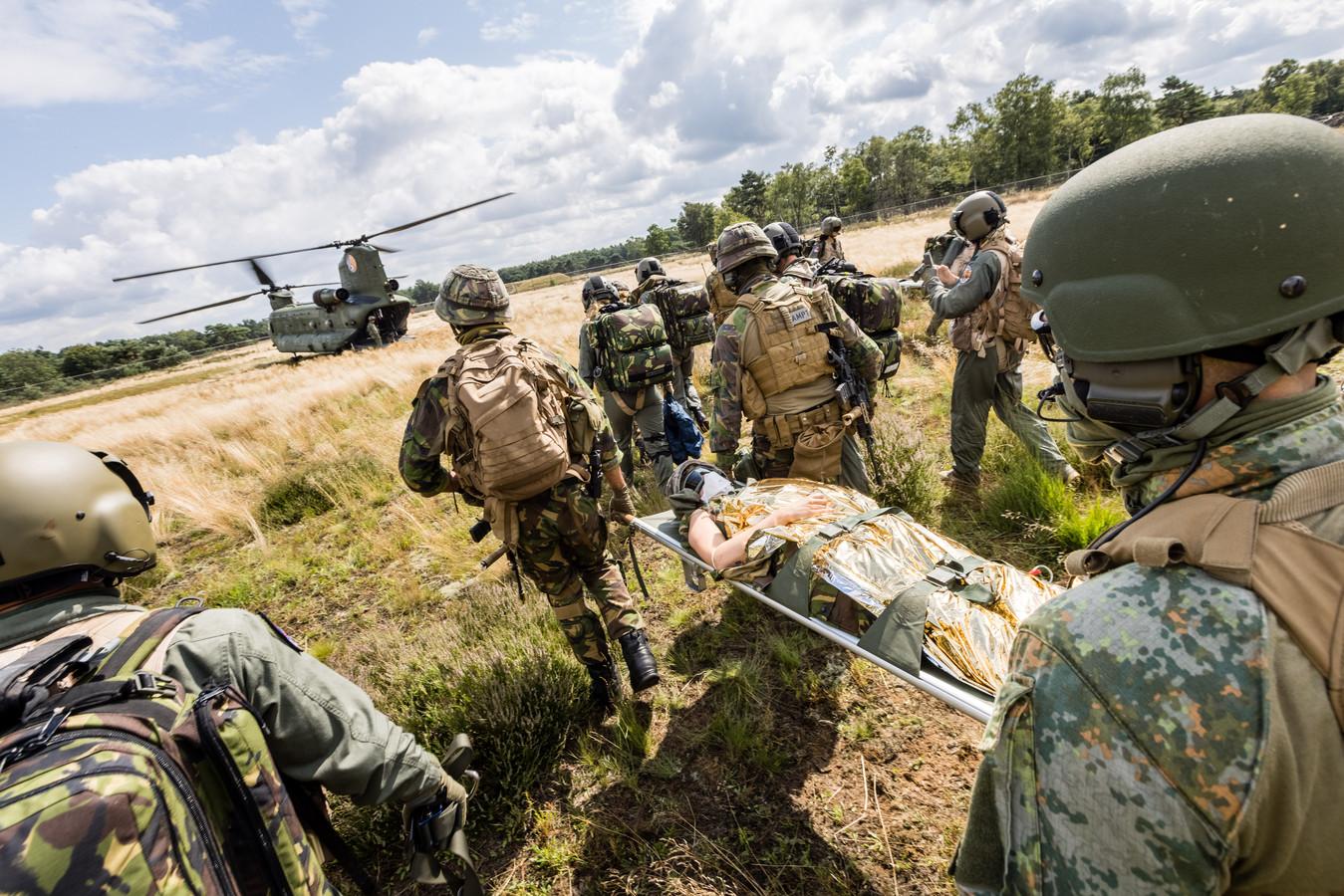 Op militair oefenterrein 'De Kiek' bij Alphen oefenen artsen en verpleegkundigen van de luchtmacht samen met Chinooks van Gilze-Rijen het helpen van gewonden met helikoptertransport.