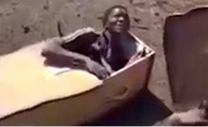 De man werd door de twee boeren in een doodskist gedwongen, waarna ze ermee dreigden een slang op hem te gooien en hem met benzine in brand te steken.