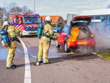 Nieuwe auto vliegt tijdens eerste rit in brand