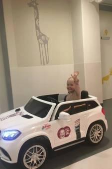 Jonge patiëntjes in auto naar de operatiekamer