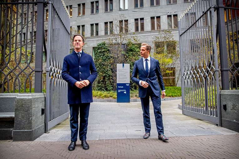 Minister-president Mark Rutte en Minister Hugo de Jonge van Volksgezondheid na afloop van het corona crisis beraad in het gebouw van het Ministerie van Justitie. Beeld BSR Agency