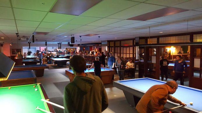 De nieuwe speellocatie van het driebandenteam van Jack van Peer: Cues & Darts in Tilburg.