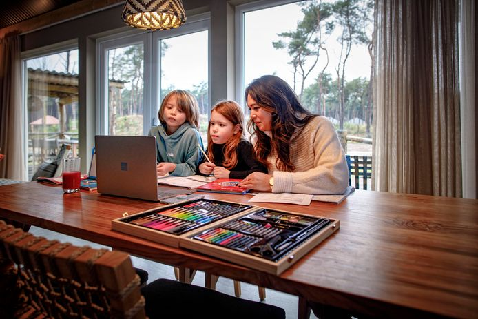 Finn (l), Phie volgen met hun moeder Rebacca digitale schoollessen vanuit hun vakantiehuisje op de Beekse Bergen.