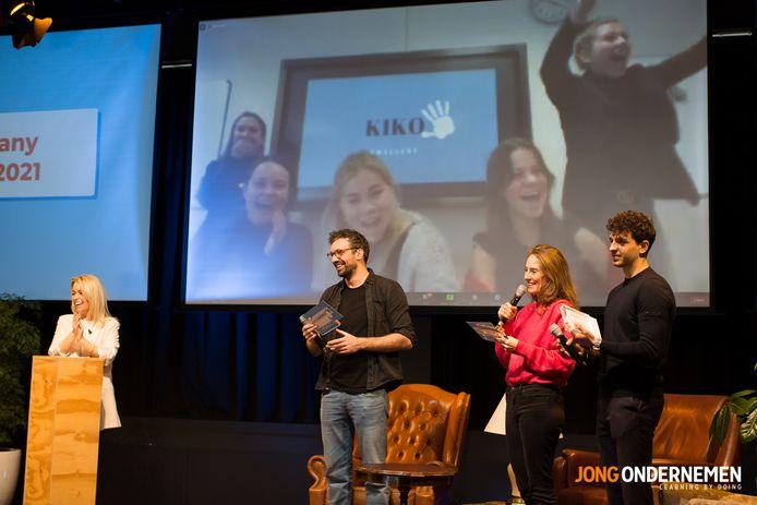 Als de jury van Junior Company de winnaar bekend maakt, gaan de meiden van Kiko Jewellery thuis uit hun dak.