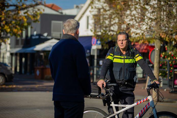 Henry van Galen in gesprek op de Markt in Wijchen.