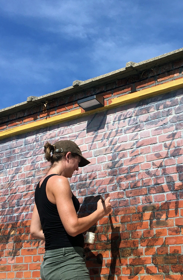 Sarah De Vos aan het werk in haar eigen straat.