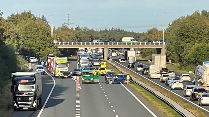 Herfstvakantie-verkeer loopt vast door ongelukken: files op snelwegen in regio
