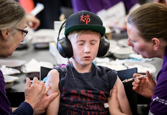 Ouders laten hun kinderen vaccineren tijdens een vaccinatiedag in Ahoy. Ter illustratie.