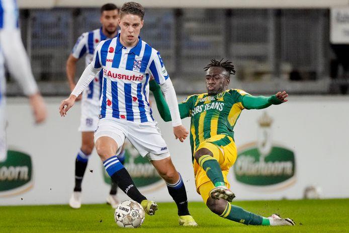 Joey Veerman in duel met ADO Den Haag.