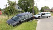 Auto in de gracht na botsing op kruispunt