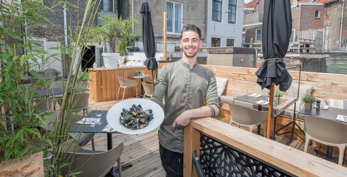Chef Jesper Verschiere van Het Elfde Gebod toont het eindresultaat: gewokte mosselen met kokosschuim.