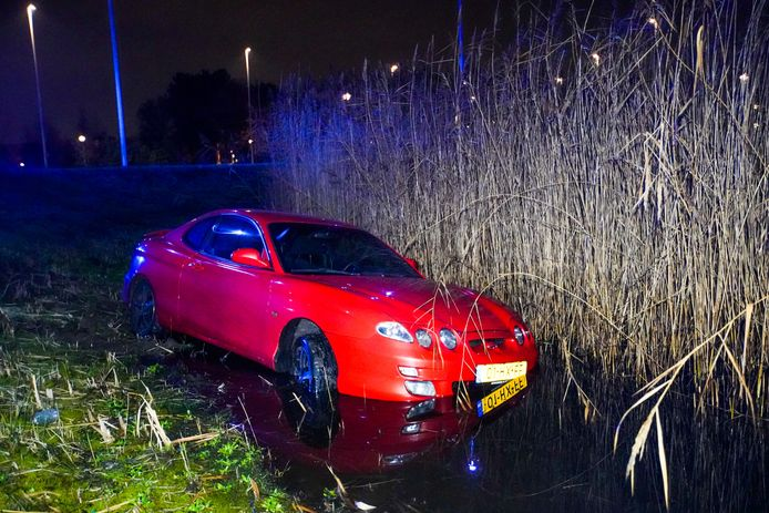 De auto belandde in het water.