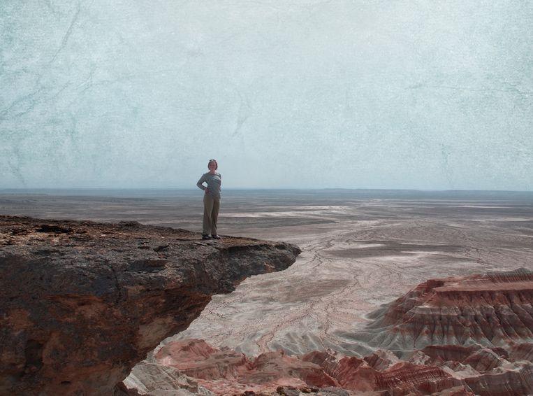 Auteur Erika Fatland voor een prachtig Kazachs panorama. Beeld Tine Poppe