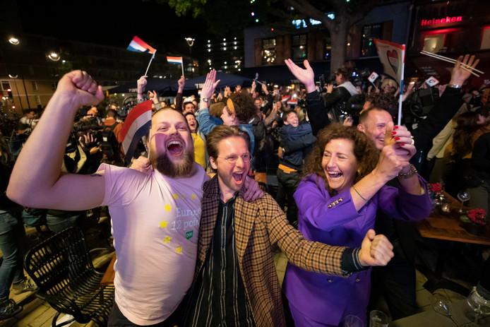 Ingrid van Engelshoven (paarse jurk) viert het feestje mee, met een groep mensen van de Rockacademie, waar Duncan werd opgeleid. In het midden Bas Verberk, D66 raadslid en initiatiefnemer voor het scherm op het Piusplein.