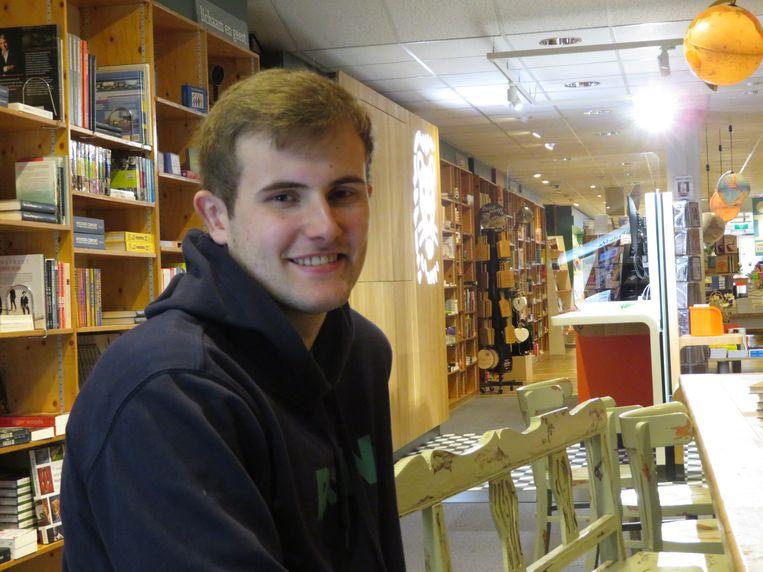 Koen Bruning in de boekwinkel waar hij schrijft. Beeld