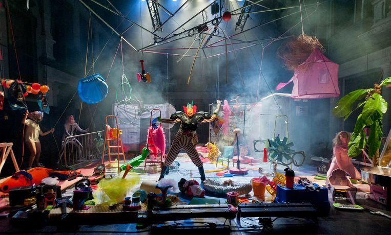 Small World mimevoorstelling van Boogaerdt/VdSchoot  Beeld Ben van Duin