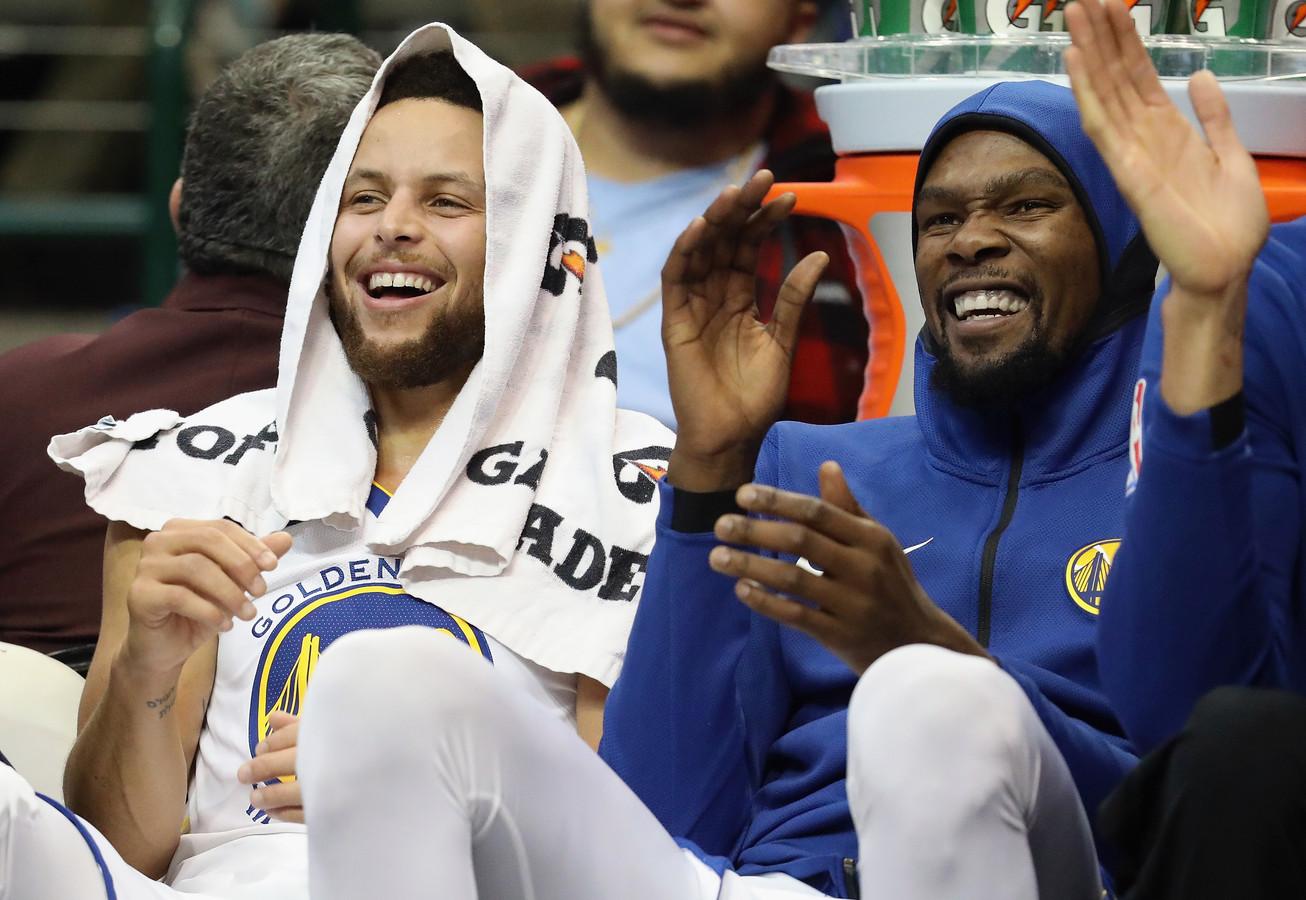 Stephen Curry en Kevin Durant hebben plezier op de bank.