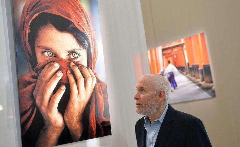 Steve McCurry en zijn wereldberoemde foto Afghan Girl, gemaakt in 1984 in een vluchtelingenkamp in Pakistan. Beeld anp